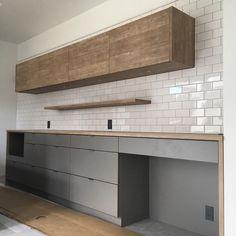 カップボード見に行ってきました! お家の中で1番イメージ通り☺︎ キッチンの担当者さんに心から感謝です♡ タイルはあと1.2段上まで貼っても良かったかなぁー🤔 ・ ・ ・ #家 #家づくり #マイホーム #マイホーム記録 #myhome #オーダーキッチン #カップボード #キッチンバック #パレッタ #すずいろ #吊り戸棚 #飾り棚 Kitchen Sets, Living Room Kitchen, Interior Design Kitchen, Interior Design Living Room, Kitchen Decor, Geometric Decor, Kitchen Images, Kitchen Handles, Home Kitchens