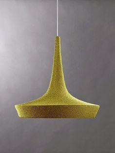Mirando estas lámparas de ganchillo de diseño tan perfectas, no es de extrañar que quien haya detrás ...