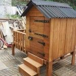 DIY Pallet Patio Cabin / Playhouse: Patio cabins and playhouses has all the time remained the ultimate choices of the house individuals who do wish to bring some unique effects in their. Pallet Decking, Pallet Wood, Wood Pallets, Minions, Steel Sheet, Pallet Creations, Cabin Homes, Cabins In The Woods, Best Vacations