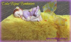 Bomboniera e cake topper battesimo nascita bimba che dorme con vestitino personalizzato.Realizzato a mano in fimo.
