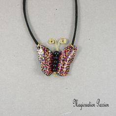 162e4315525 Collier pendentif papillon vinyle multicolore et noir