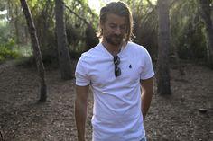 Camiseta blanca y naturaleza