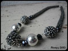 Padesát odstínů šedi Háčkovaný náhrdelník v padesáti odstínech šedé a dozdoben obšitými kuličkami, broušenými perlemi a plastovými korálky ve stříbrné barvě. Délka náhrdelníku je 47 cm i s postříbřeným karabinkovým zapínáním. Ledově chladný CHristian Grey by měl radost....