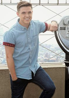 Times Square Gossip: JESSE MCCARTNEY VISITS EMPIRE STATE BUILDING