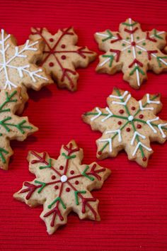 Cupcakes are my new love: navidad Snowflake Christmas Cookies, Christmas Sugar Cookies, Snowman Cookies, Christmas Cupcakes, Christmas Desserts, Christmas Treats, Christmas Baking, Homemade Christmas, Gingerbread Cookies