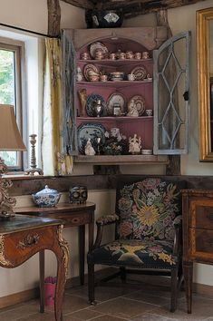 English style decor is collected over time and can feel casual or formal. The decision to bring English cottage or manor house charm to y. English Decor, Decor, Decorating Your Home, Cottage Decor, Interior Design, Country Style Homes, Home Decor, English Cottage Interiors, English Interior