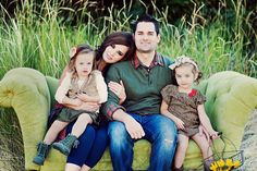 neutral pallette, browns, greens, and reds.layers and accessories Family Picture Outfits, Fall Family Photos, Family Pics, Vintage Family Pictures, Family Holiday, Family Portrait Poses, Family Posing, Portrait Ideas, Simplicity Photography