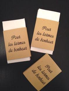 À donner aux invités ou à disposer sur les tables ou bancs de l'église, voici des étuis personnalisés, en papier craft, à mettre autour de mouchoirs en papier. Vous pourrez - 17538317