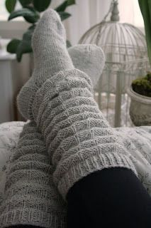 ohhh I'm SO about the slouch socks ; Knitting Socks, Baby Knitting, Knit Socks, Knitting Needles, Knitted Slippers, Knitted Hats, Winter Socks, Warm Socks, Cool Socks