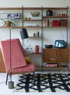 Picture by Tjitske van Leeuwen and Styling by Marianne Luning * Interiors * The Inner Interiorista Mad Men style. Picture by Tjitske van Leeuwen and Styling by Marianne Luning * Interiors * The Inner Interiorista G Plan Furniture, Living Furniture, Cool Furniture, Furniture Design, Danish Interior Design, Simple Interior, Interior Ideas, Mid Century Modern Living Room, Formal Living Rooms