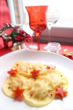 Christmas Ravioli (filled with ricotta cheese and salmon, with tomato sauce jelly stars) - Ravioli di Natale, ripieni di ricotta e salmone, con stelle di salsa di pomodoro gelatinizzata