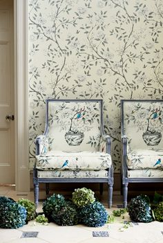 Is this really making a comeback? Eye For Design: Matching Upholstery and Wallpaper.Lovely Interiors When Done Correctly Chinoiserie Wallpaper, Chinoiserie Chic, Fabric Wallpaper, Wall Wallpaper, Zoffany Wallpaper, Modern Wallpaper, Pattern Wallpaper, Zoffany Fabrics, Interior And Exterior