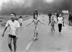 La drammatica immagine della «bimba nuda» che fugge dai bombardamenti americani in Vietnam, fotografata da Nick Ut nel 1972. E' diventata po...
