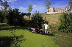 Balade en barque dans le Marais Poitevin #tourisme #campingcar Les Deux Sevres, Poitou Charentes, Dordogne, Recherche Google, Countryside, Golf Courses, Around The Worlds, Camping, Car