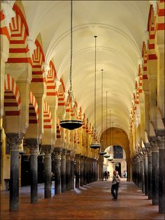 Very typical of 854 columns this forest (1,300 initially) of marble, jasper and granite on which are supported by three hundred sixty-five bicolor horseshoe arches.  Some are inclined, in response to the earthquake of Lisbon, the first of November 1755.