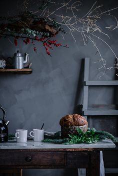 Panettone o dulce de Navidad. Ingredientes del prefermento 250 gr de harina de fuerza 8 gr de levadura de panadero (seca) 250 gr de agua Ingredientes masa final 500 gr de harina de fuerza 8 gr de levadura de panadero (seca) 145 gr de azúcar 200 gr de mantequilla bien fría, cortada a dados 2 huevos de gallinas felices 2 yemas 100 gr de leche entera 100 gr Pepitas de chocolate (opcional) Sal Christmas Hearts, Christmas Mood, Xmas, Rustic Food Photography, Photography Props, Food Styling, Dark Interiors, Italian Cooking, Happy Holidays