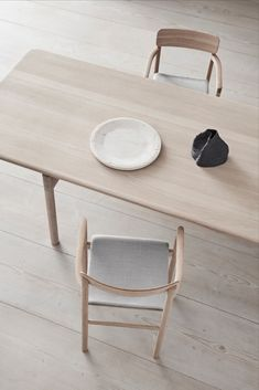 With its upright stance and solid wood frame, the Post Chair embodies the principles of simplicity that drive designer Cecilie Manz. Wood Oil, Wood Surface, Vanity Bench, Painting On Wood, Solid Wood, Pure Products, Chair, Table, Furniture