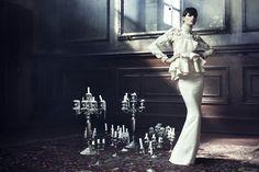 Iris Strubegger presenta los diseños más sofisticados en unas estáticas e irreales imágenes de Alexi Lubomirski para el número de septiembre 2011 del Vogue Germany