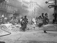 Deutschland, Berlin, 1. Luftschutzübung am 19./:- Eine Gruppe Sanitäter laufen mit Tragen über eine halb zerstörte Strasse in Kreuzberg .