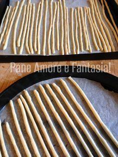 Stretched Turin breadsticks – traditional recipe Pane Amore e Fantasia! No Salt Recipes, Bread Recipes, Cooking Recipes, Focaccia Pizza, Bread Pizza, Zucchini Bread, Antipasto, Street Food, Finger Foods