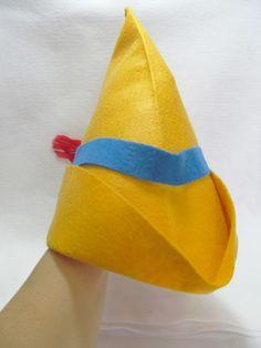 Chapéu confeccionado em feltro, com pesponto que garante mais resistência e melhor acabamento na costura feita a mão. <br>Serve na cabeça de uma criança. <br> <br>Temos também a coroa e a varinha de condão da Fada Azul. <br>http://www.elo7.com.br/coroa-e-varinha-de-condao-fada/dp/30F37F <br> <br>Produto feito a mão. <br> <br> <br>Pedido mínimo: 15 unidades. <br>Para quantidades menores, consultar valor.