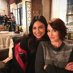 Chyler Leigh (Alex Danvers) and Floriana Lima (Maggie Sawyer) on the set of Supergirl Chyler Leigh Supergirl, Supergirl Superman, Alex And Maggie, Maggie Sawyer, Movie Couples, Cute Couples, Floriana Lima, Dc Comics, Alex Danvers