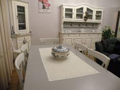 AREA PRANZO SABBIA PROVENZALE: area composta da angolare 1anta/1porta - cristalliera napoletana in secondo piano di 4ante/4 cassetti/4 porte - tavolo rettangolare e sedie - il tutto giocato su tre diversi toni di grigio