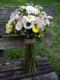 Pretty. Looks like you made it yourself. Very natural-looking bouquet!