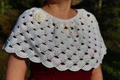 Accesorios de Crochet de encaje capa/capa/Poncho/Ponchette-clásico elegante de las mujeres. Esta capa de ganchillo de mujeres hermosas es versátil y elegante. Un poncho en forma circular a un centro de punto en el frente. Es una pieza genial.  Una talla más. Estoy usando un tamaño de Freeform Crochet, Crochet Poncho, Hand Crochet, Crochet Top, Crochet Capas, Ladies Poncho, Touch Of Gray, Capelet, Lovely Dresses