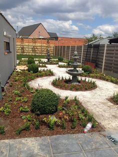 Romeinse tuin / kleiklinkers / buxus / fonteinen / renovatie / lavendel / klassiek
