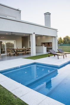 Backyard Pool Designs, Swimming Pools Backyard, Swimming Pool Designs, Pool Landscaping, Modern Pool House, Modern Pools, Modern House Facades, House Construction Plan, Small Pool Design