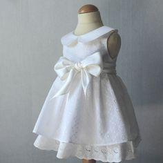Robe #Baptême, Broderie Anglaise, #Robe #Bébé Magnifique robe de baptême pour petite #fille en broderie anglaise et #soie. Ornée d'un col Claudine et d'un grand nœud à la taille.