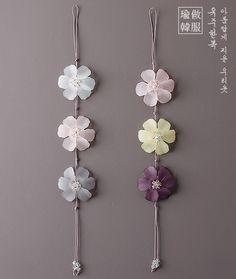 선녀노리개 Resin Crafts, Jewelry Crafts, Paper Crafts, Diy Crafts, Korean Traditional Dress, Traditional Dresses, Korean Crafts, Wax Tablet, Rakhi Design