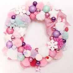 Decorations Christmas, Christmas Wreaths, Christmas Crafts, Pom Pom Wreath, Pink Wreath, Christmas 2017, Christmas Candy, Handmade Christmas, Christmas Holidays