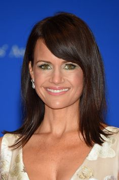 Carla Gugino Medium Straight Cut with Bangs - Carla Gugino sported a sleek layered cut with side-swept bangs during the White House Correspondents' Association Dinner. Popular Hairstyles, Celebrity Hairstyles, Hairstyles With Bangs, Active Hairstyles, Hairstyles 2016, Updo Hairstyle, Wedding Hairstyles, Carla Gugino, Medium Hair Styles
