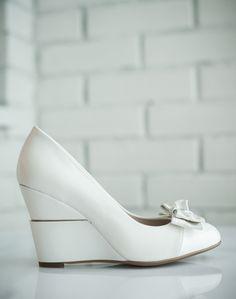 Элегантные свадебные туфли на танкетке.