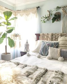 31 Amazing Plants In The Bedroom Decoration Ideas Bohemian Dorm Rooms, Bohemian House, Uo Home, Inviting Home, Loft Room, Hygge Home, Room Paint Colors, Trendy Bedroom, Bedroom Small