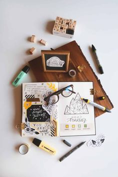 Want to learn how to start a Bullet Journal? Check out this guide and simple tips to help you get started. #bujo #bulletjournal #journaling #Planner #planning Boho Berry, Flat Lay Fotografie, Album Photo Scrapbooking, Scrapbooking Simple, Flat Lay Inspiration, Flat Lay Photos, Creating A Vision Board, Best Pens, Busy At Work