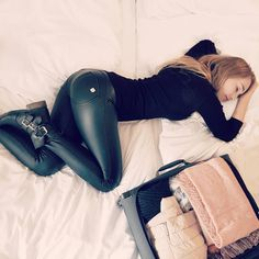 Leggings Mode, Shiny Leggings, Tights Outfit, Leggings Fashion, Tap Shoes, Dance Shoes, Leather Pants, Black Leather, Leder Outfits