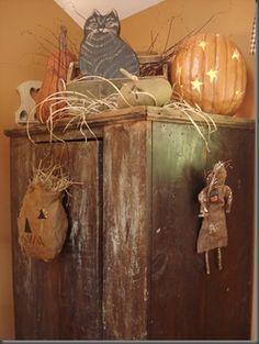 cute pumpkin with rafia Halloween 9, Halloween Items, Holidays Halloween, Halloween Decorations, Fall Decorations, Primitive Fall Decorating, Primitive Autumn, Colonial Decorating, Primitive Crafts