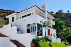Busca imágenes de Casas de estilo colonial en blanco: fachada principal. Encuentra las mejores fotos para inspirarte y crea tu hogar perfecto.
