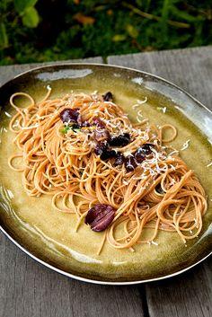 Snelle pasta met olijven, parmezaan en citroen