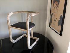 Klassisch anmutend, Material natürlich. Dieser Sessel bekommt durch das Walnussholz eine ganz spezielle klassische Note. Zu finden auf: www.atelier-schenboeck.at Wishbone Chair, Material, Note, Furniture, Home Decor, Atelier, Classic, Armchair, Decoration Home