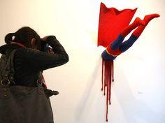 Na obra da artista Patricia Waller, heróis infantis tem finais infelizes