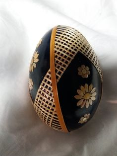 Egg Shell Art, Brown Eggs, Ukrainian Easter Eggs, Egg Art, Egg Decorating, Egg Shells, Bottle Crafts, Diy And Crafts, Carving