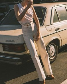 the effortless simplicity we all want from a pair of jeans. complimented by a timeless, powerful, feminine silhouette. Denim Vintage, Jean Vintage, Vintage Fashion, Jacket Outfit, Denim On Denim, White Denim, Look Fashion, Womens Fashion, Ladies Fashion
