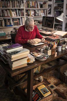 Juan Marsé en su mesa de trabajo.