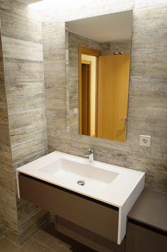 Módelo WELLNESS, laminado Fenix. Encimera de Cristalplant con lavabo integrado.