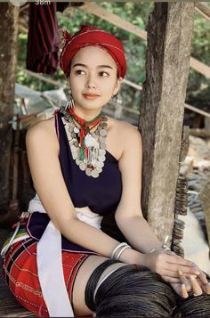 "Traditional costume of the ethnic Karenni tribe, also known as the ""Kayahli, the Kayah or the Kayahli (meaning ""red human""), are a Sino-Tibetanethnic group native to the Kayah State of Myanmar (Burma). Sexy Ebony Girls, Sexy Asian Girls, Beautiful Girl Photo, Beautiful Asian Girls, Traditional Fashion, Traditional Dresses, Cute Girl Poses, Girls Image, Girl Model"