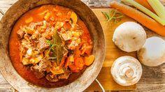 Pomalu dušené kostky masa na červeném víně, s pořádnou porcí zeleniny, to je pravé hovězí po burgundsku, o kterém se bude spolustolovníkům zdát! Uvařte si ho s námi i vy. Thai Red Curry, Treats, Ethnic Recipes, Food, Sweet Like Candy, Essen, Yemek, Snacks, Sweets